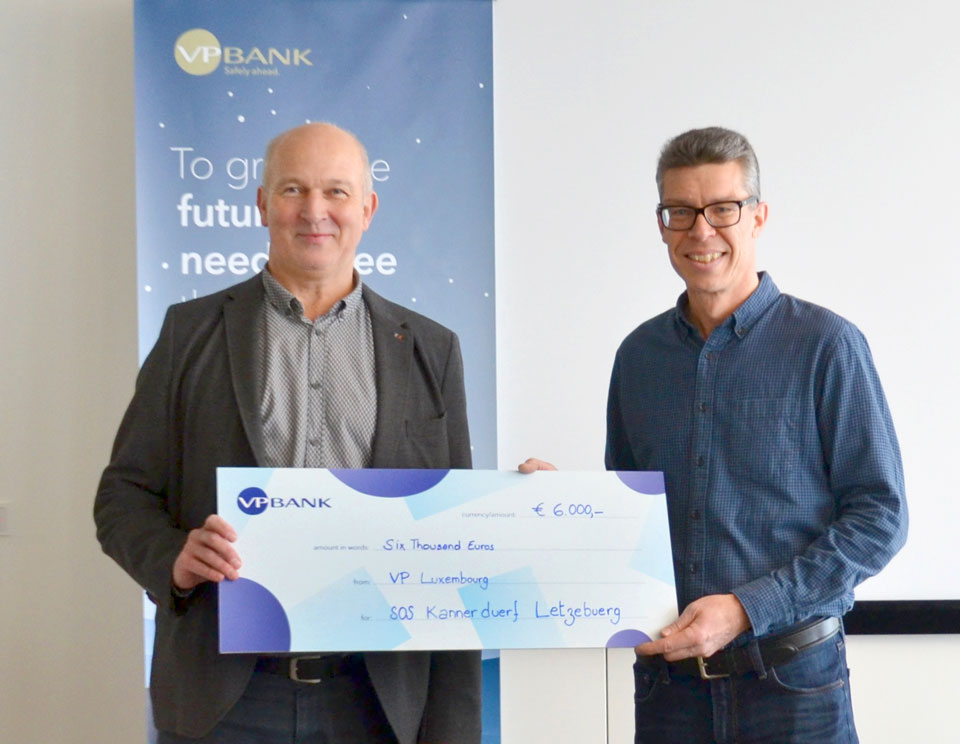 Thomas Steiger presented the cheque to Jean-Paul Karpen